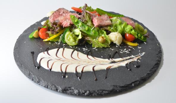 彩り野菜とローストビーフのサラダ